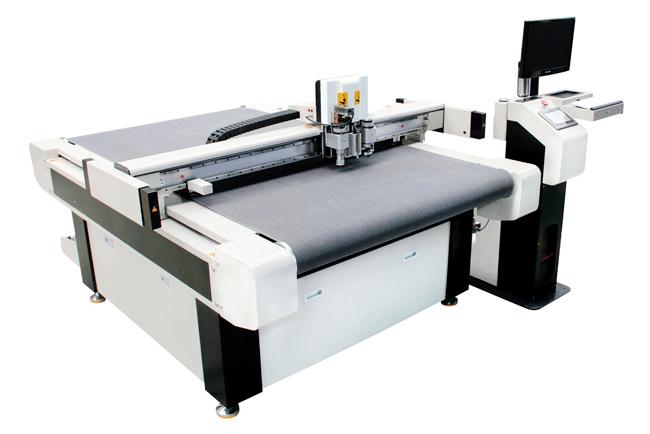 Pérez Camps, producción automatizada con las mesas de corte y las letras corpóreas