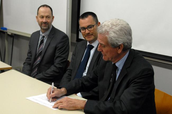 AB Graphic firma un convenio con la Escola Antoni Algueró