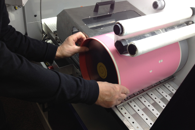 La nueva cinta adhesiva iTape de TRESU mejora el rendimiento en las líneas de barnizado flexográfico para la impresión digital de cartón plegable