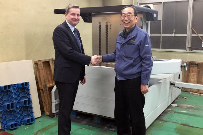 Una imprenta de envases japonesa se decide por una volteadora de pilas de POLAR