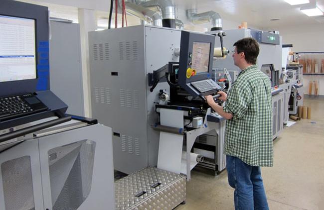 MPI/Labeltek combina el equipo inkjet UV de Durst Tau 330 junto a láser de acabado, troquel semirotativo y laminado