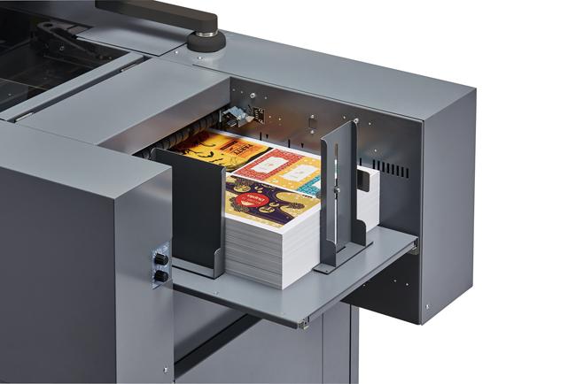Presentación en IPEX de la barnizadora digital UV con reserva  DUPLO DUSENSE