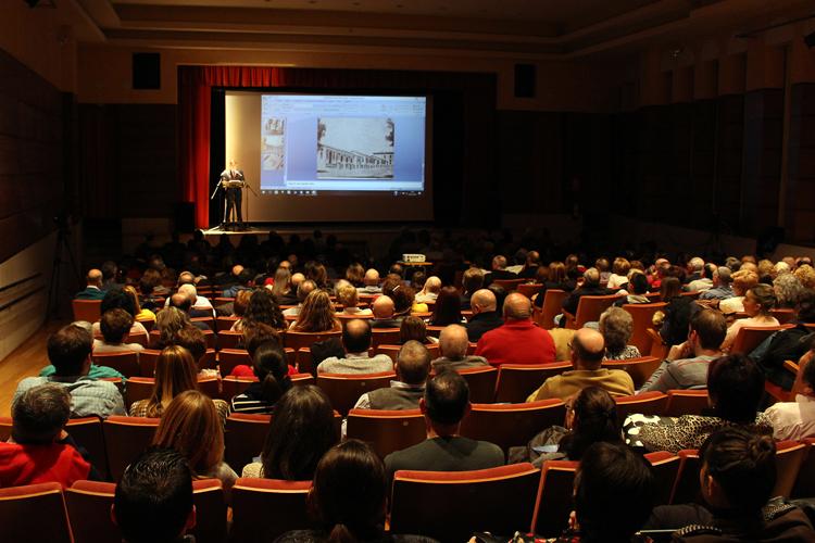 Más de 300 personas arropan a Gráficas la Paz en la presentación de su calendario con imágenes antiguas de Torredonjimeno