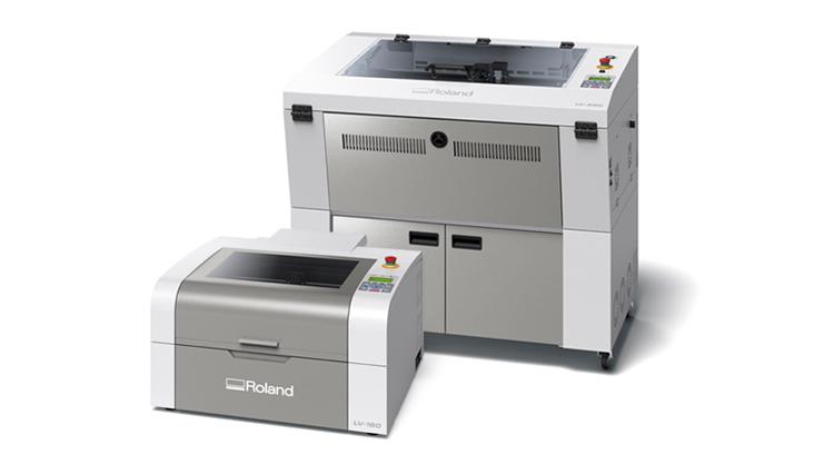 Roland DG estará en C!Print presentando en primicia sus dos nuevos lanzamientos: la impresora UV VersaUV LEF2-300 y los nuevos grabadores láser de la Serie LV